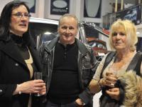 Axecibles remet  à Carole MONTILLET les clés du ISUZU dMAX  qui concourra au Rallye des Gazelles